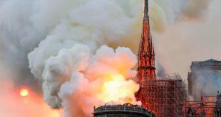 Brucia la cattedrale di Parigi Notre-Dame, crollo del tetto