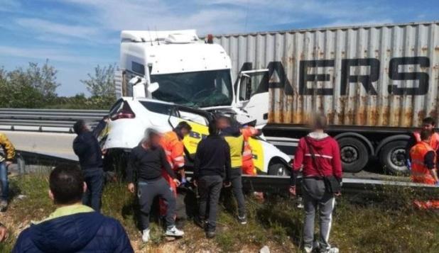 Mortale incidente stradale nel barese: Taxi contro Tir, tre morti