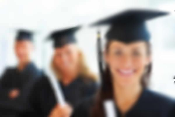 Il prof. alle sue studentesse: 'Se vuoi laurearti, presentati completamente nuda sotto la toga'