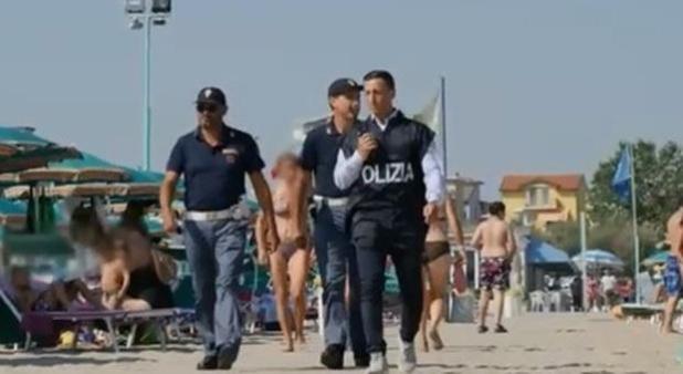 Jesolo - Terrore in spiaggia. Baby gang multietnica di 30 ragazzi minorenni pestano i bagnini. Tre feriti