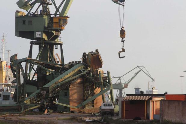 Maltempo ArcelorMittal:  precipita gru in mare, un operaio disperso