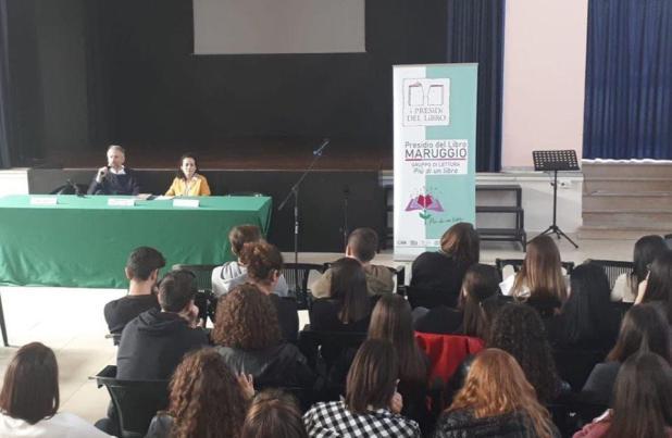 """Incontro con l'autore al Liceo """"De Sanctis Galilei"""" di Manduria, Carofiglio racconta l'estate dell'incanto"""