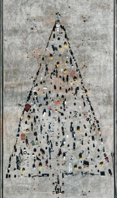 """Sava: realizzato un albero di Natale insolito da titolo """"Rifiuti umani""""."""