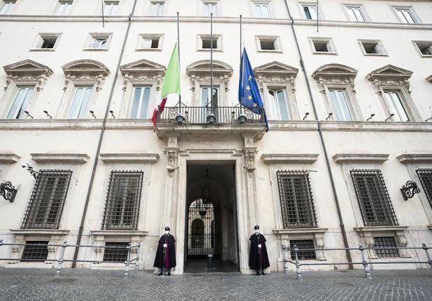 18 marzo, bandiere a mezz'asta in memoria delle vittime del Covid-19