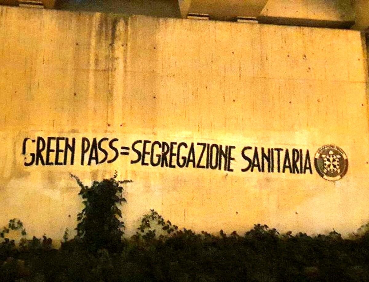 Striscioni a Treviso contro il Green Pass: «Segregazione sanitaria»