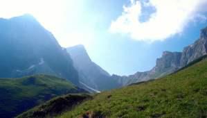Voiture hybride en montagne : est-ce idéal ?