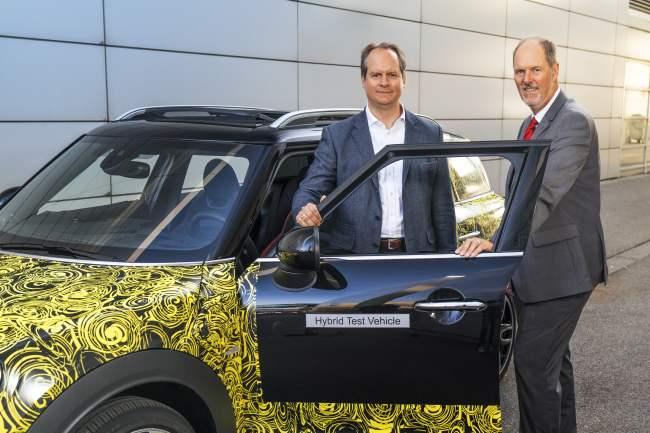 Sebastian Mackensen et Peter Wof, directeurs de Mini, aux côté du nouveau Countryman hybride rechargeable Mini