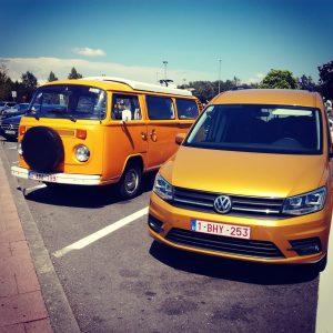 Le combi t2 et la voiture jaune