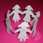 Bambine di carta che si tengono per mano