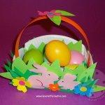 Cestino con conigli e fiori per uova di Pasqua