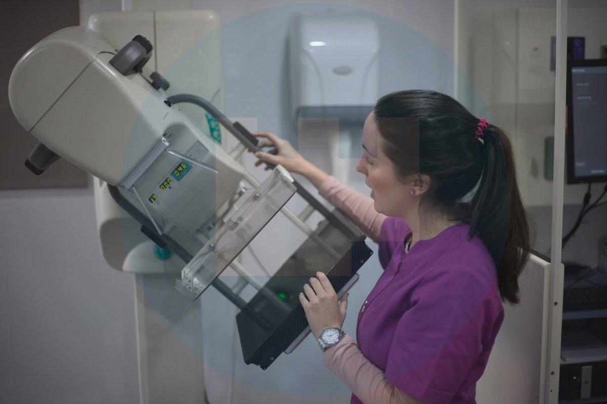 Trabajadora en la unidad móvil de detección precoz de cáncer de mama