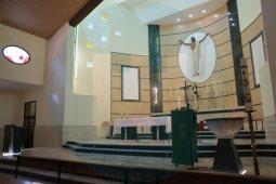 La posición del Cristo que preside la iglesia es ahora más baja / F. Amador