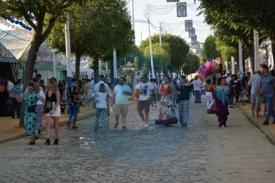 Personas paseando por la tarde por el Real / Noelía Martínez