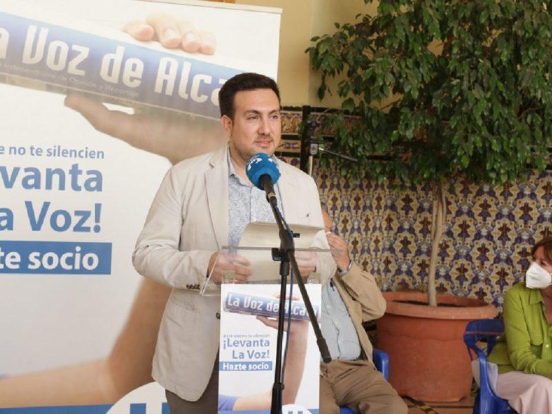 El presidente de la Asociación Libre de Prensa Alcalareña, Christopher Rivas, durante la presentación de la revista '30 años contando Alcalá'. /Patricia Ruiz.