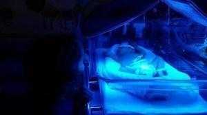 bebé entre lámparas