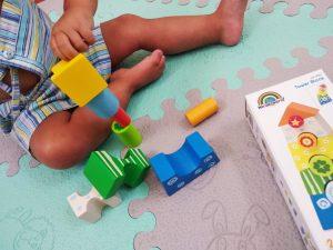 niño haciendo torre