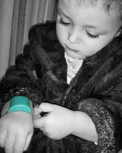 niño con la pulsera