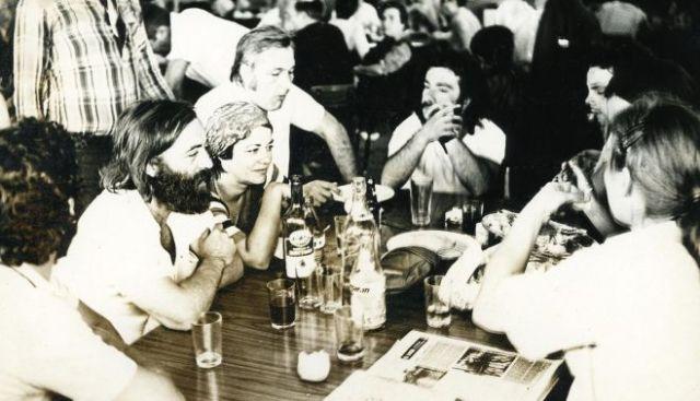 Parte del equipo de rodaje de Rocío en 1977, en el centro Fernando Ruiz Vergara y Ana Vila.