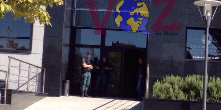 Efectivos de la Guardia Civil registrando oficinas en la calle Poeta José Hierro de Pinto