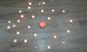 Instante del encendido de velas en el Centro Social Trilce. Fotografía: Israel Sánchez.