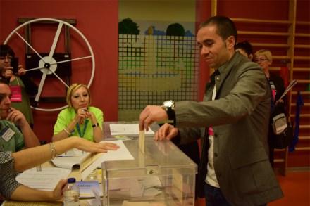 José Luis Contreras-candidato a la alcaldía de Pinto por UPyD- votando. Fotografía: Edu Granados.