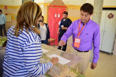 Fernando Oliver-candidato a la alcaldía de Pinto por Ciudadanos (C's)- votando. Fotografía: Edu Granados.