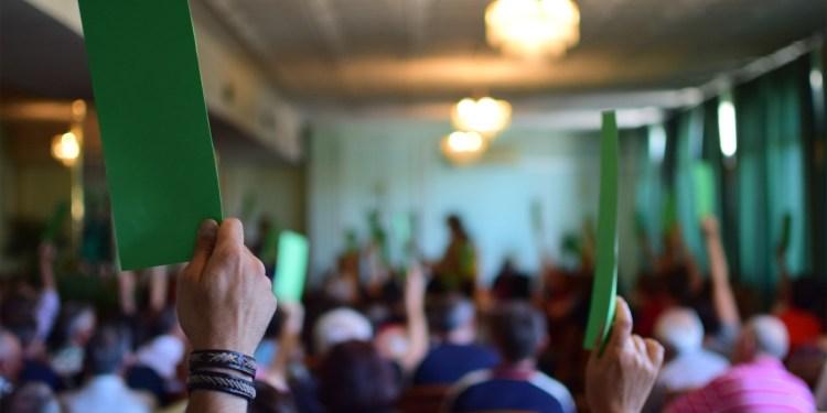 Asamblea de Ganemos Pinto durante la votación. Fotografía: Edu Granados.