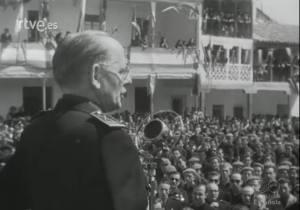 El gobernador civil de Madrid y jefe provincial del Movimiento, D. Carlos Ruiz, se dirige a los vecinos en la plaza después de recibir el emblema de oro del pueblo de Pinto