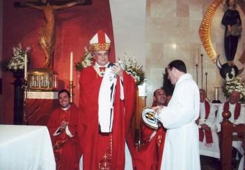 El Cardenal Amigo recibe una camiseta dle Rioseco