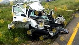 El vehículo tipo Tsuru en que viajaban parte del equipo de prensa del Senador Héctor Yunes Landa, quedó totalmente destruido tras el percance. Foto: La Voz De Tantoyuca