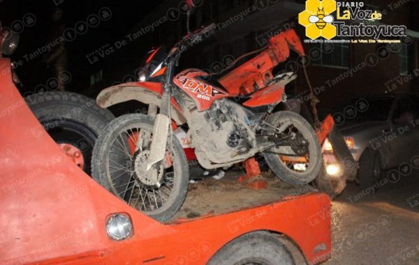 Mocotciclista se impacta contra automóvil, se salva de milagro