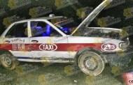 Cae a zanja con todo y taxi; solo daños materiales