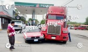 Percance vial deja solo daños materiales en Tantoyuca | LVDT