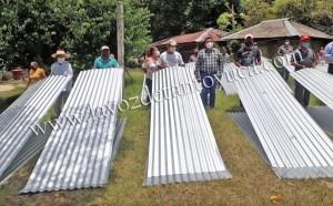 Entrega DIF Municipal y Ayuntamiento 182 laminas a familias vulnerables de Sacamango | LVDT