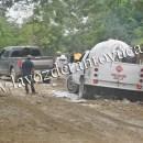 Pipa de gas LP se queda atorado en lodazal, en Tantoyuca | LVDT
