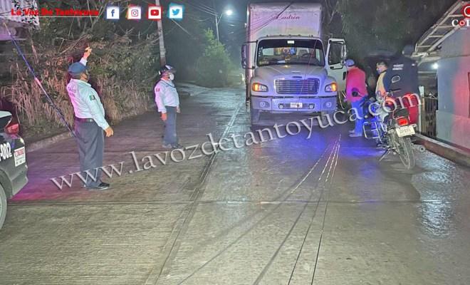 VIDEO: Camión derriba cables de Telmex en la Colonia Poza Azul | LVDT