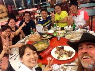 Reunión de amigos en la cena de despedida