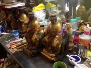 Figuras en el taller de un artesano que las restaura