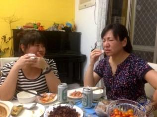 Xianzhi Chen y Grace durante la cena
