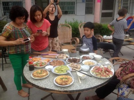 La mesa preparada con la comida