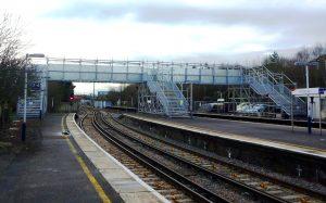 Pasarela peatonal BRS sobre vías de tren