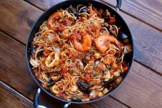 Mezclar la salsa de marisco con los fideos cocidos
