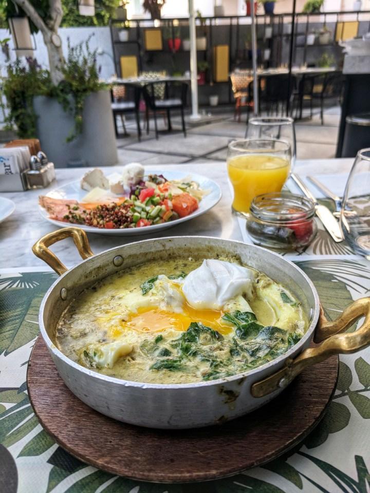Shakshuka verde y el espectacular desayuno del Hotel 65 en Tel Aviv