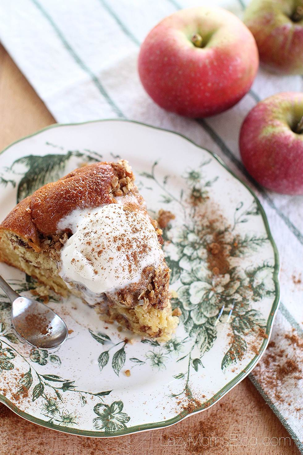 Apple crumble coffee cake, amazing dessert that you need to try this year! #applecake #fall #dessert