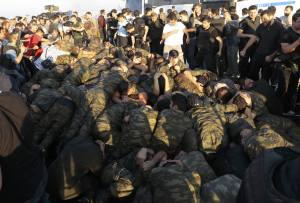 Les soldats putschistes se rendent face à la  population