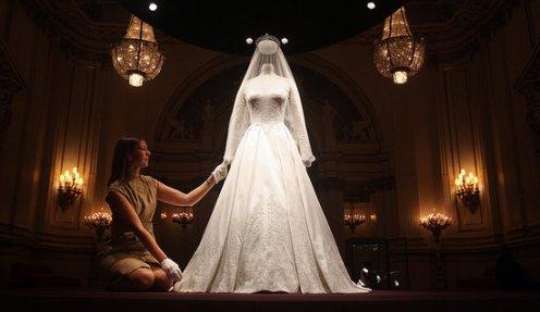 Kate-Middleton-Buckingham-Palace-Wedding-Dress-Display-Pictures