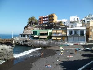 Une partie de Puerto Naos perchée sur la falaise