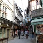 Une rue commerçante du Mont, avec ses boutiques proposant des souvenirs au goût souvent douteux...