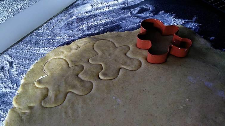 Cortando galletas de jengibre