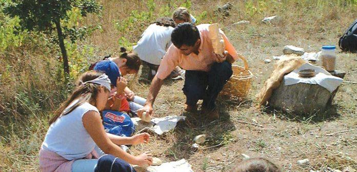 Le site archéologique de la grotte (Cauna) de Bélesta a été découvert en avril 1983, et le Château-Musée de Bélesta a ouvert au public en juillet 1992. Le week-end du 20-21 avril veut mettre un coup d'éclairage sur ces deux événements majeurs pour ce secteur perché entre les val-lées de la Têt et de l'Agly.